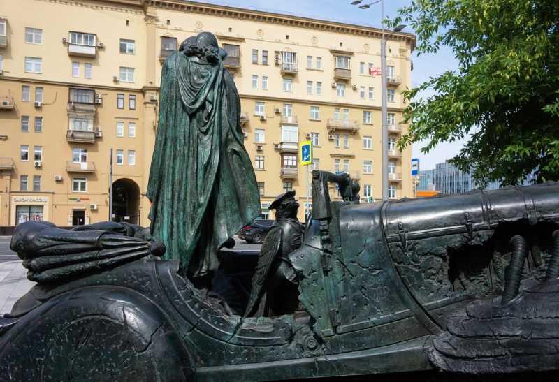 Самые интересные автомобильные памятники в России