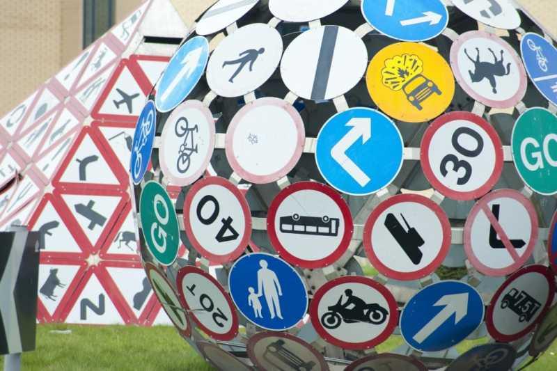 Необычные дорожные знаки и указатели, которые вызывают улыбку