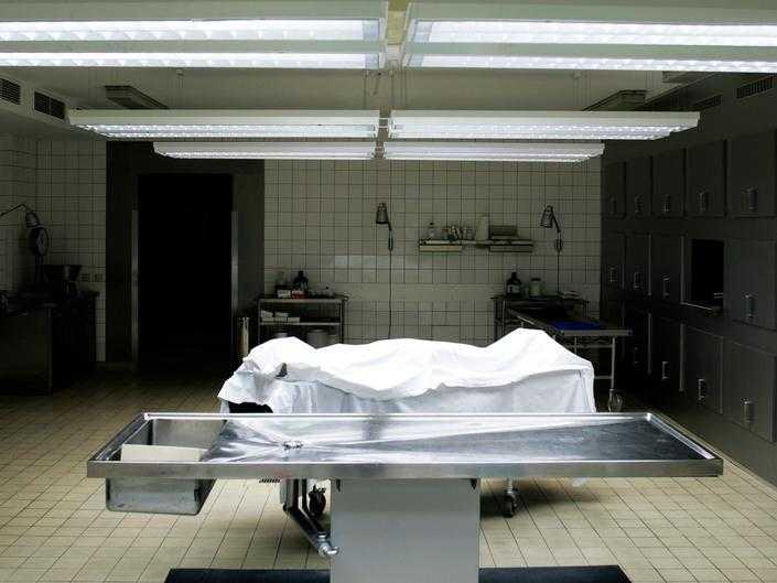 Как в морге готовят тело к похоронам: как одевают и гримируют