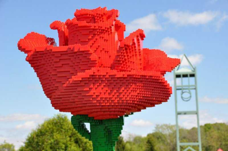 1568836337 lego rose hi res 1024x680 1 - Удивительные фигуры из деталей LEGO