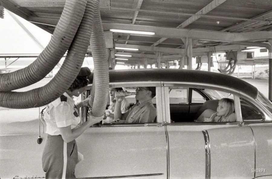 a family in houston at a drive in restaurant having cool air piped into their car 1957 1024x676 1 - Холодный воздух навынос: как охлаждали автомобили до эпохи кондиционеров