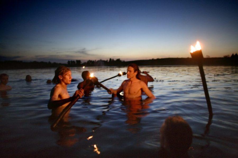 solnczestoyanie 1 1024x683 1 - Солнцестояние: прыжки через костер идругие языческие обряды— вобъективе норвежского фотографа