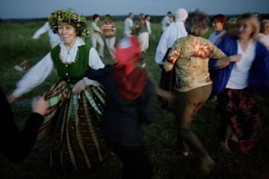 solnczestoyanie 12 1024x683 1 - Солнцестояние: прыжки через костер идругие языческие обряды— вобъективе норвежского фотографа
