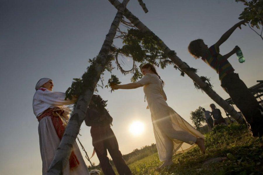 solnczestoyanie 4 1024x683 1 - Солнцестояние: прыжки через костер идругие языческие обряды— вобъективе норвежского фотографа