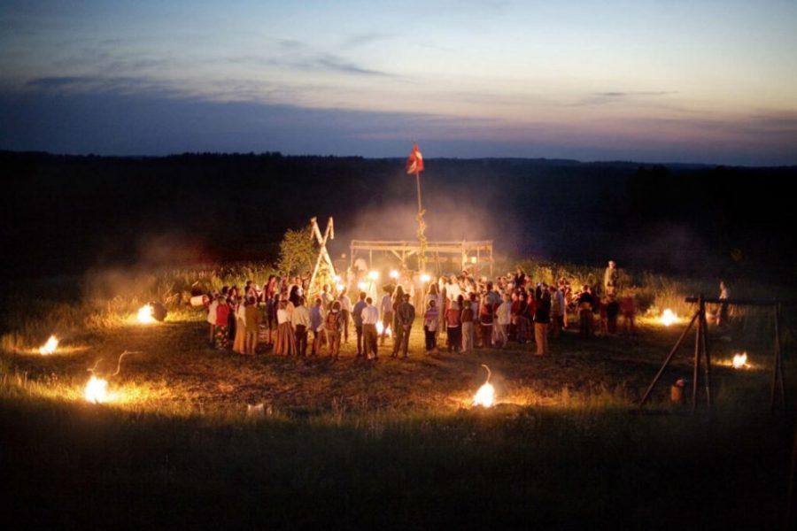 solnczestoyanie 8 1024x683 1 - Солнцестояние: прыжки через костер идругие языческие обряды— вобъективе норвежского фотографа