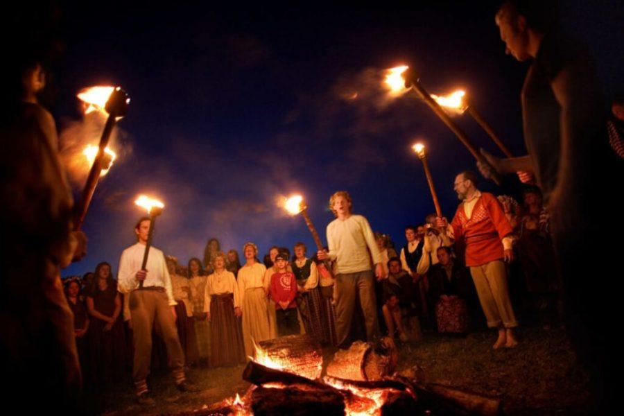 solnczestoyanie 9 1024x683 1 - Солнцестояние: прыжки через костер идругие языческие обряды— вобъективе норвежского фотографа