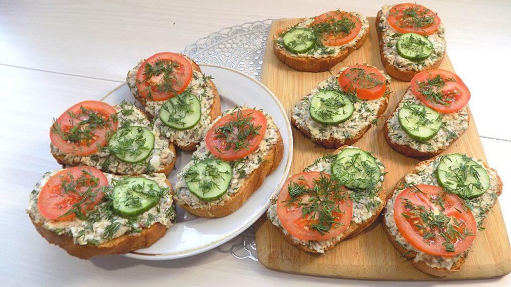 Бутерброды из консервированной рыбы с яйцом