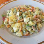 Картофельный салат с маринованными грибами и яйцами
